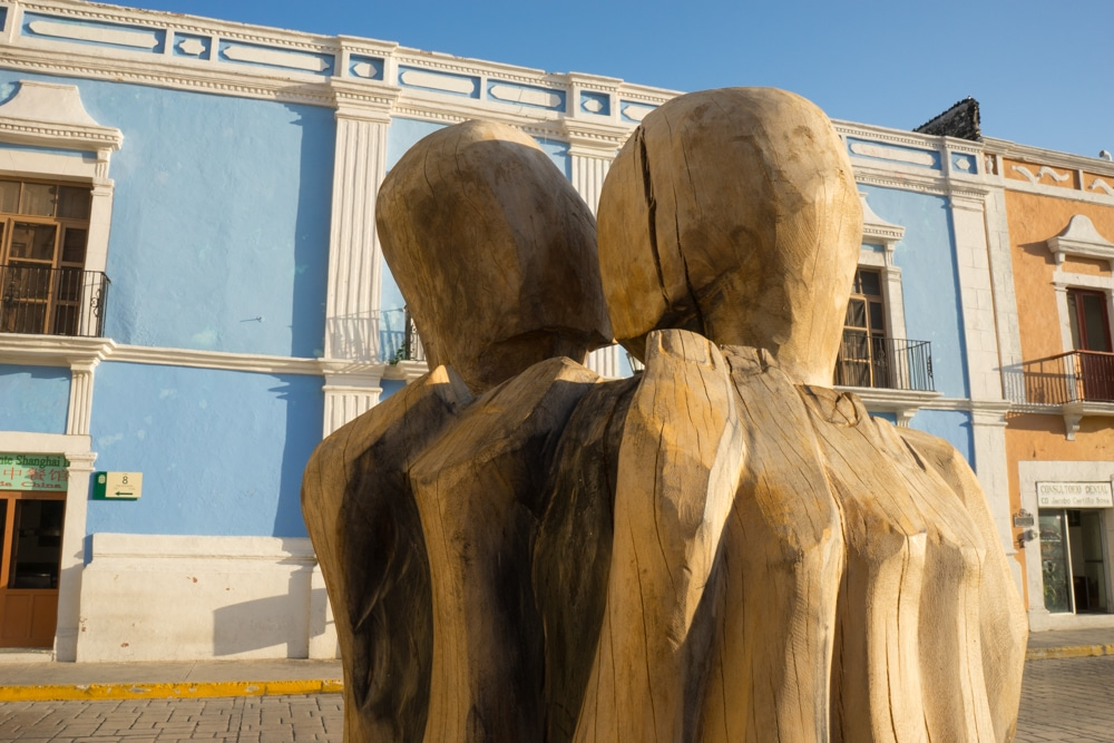 Sculptures kissing in Campeche Mexioc