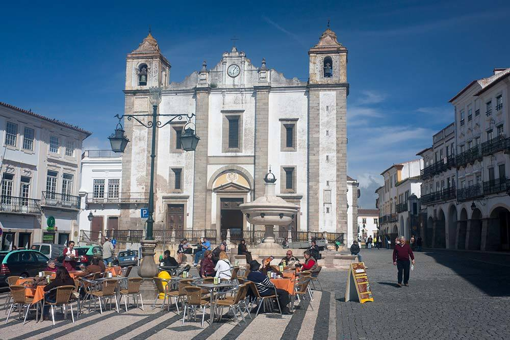 many restaurants in evora around the main square
